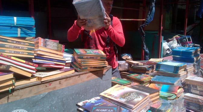 Ribuan Al-Quran dan Kitab Kuning (Pesantren) dagangan Pak Haryo selamat dari kebakaran di Pasar Johar Semarang